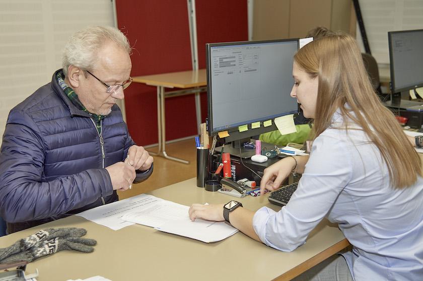 Hans-Martin Lechner, Erstunterzeichner des Volksbegehrens im Wahlbüro Bamberg