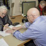 Anne Rudel, Erstunterzeichnerin des Volksbegehrens im Wahlbüro Bamberg