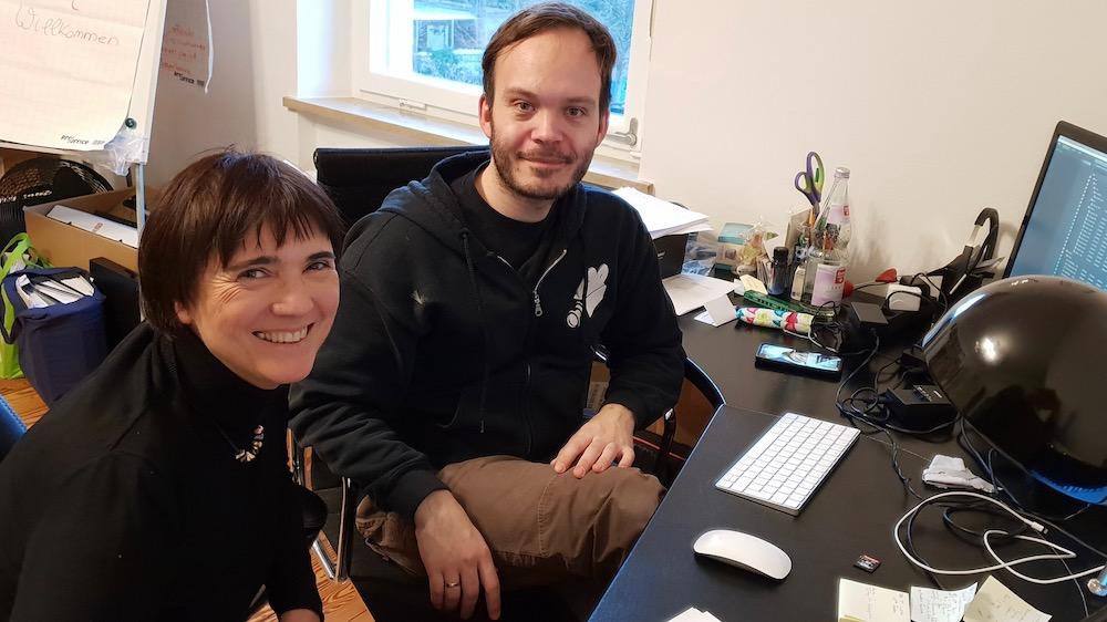 Arno Schimmelpfennig und Ilona Munique beim Schneiden der Videoaufnahmen