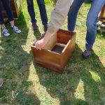 Reinhold erklärt Ablegerbildung; Schritt 2: Leere Mittelwandwabe einsetzen