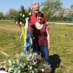 Reinhold und Ilona mit Osterbrunnen
