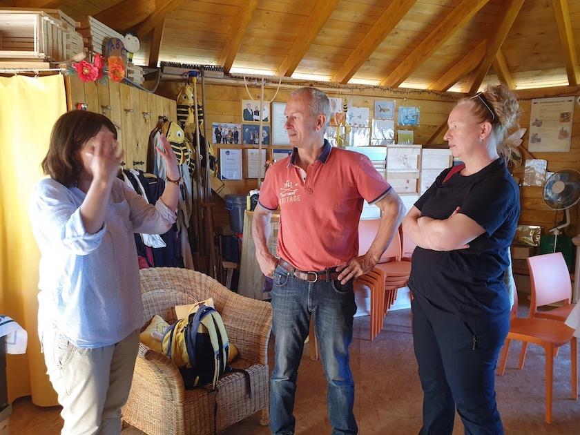 Gäste zur Saisoneröffnung der Bienen-InfoWabe