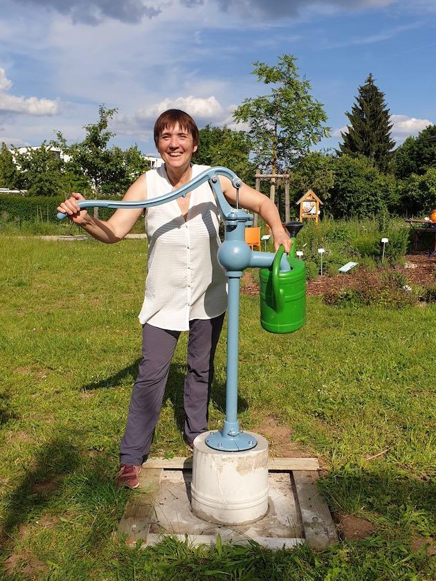 Erstes Wasserpumpen an der Schwengelpumpe im Bamberger Bienengarten