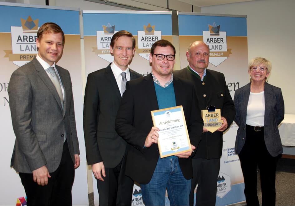 Übergabe Arber-Land-Premium-Preis für Imkereibedarf Josef Muhr, Junior und Senior