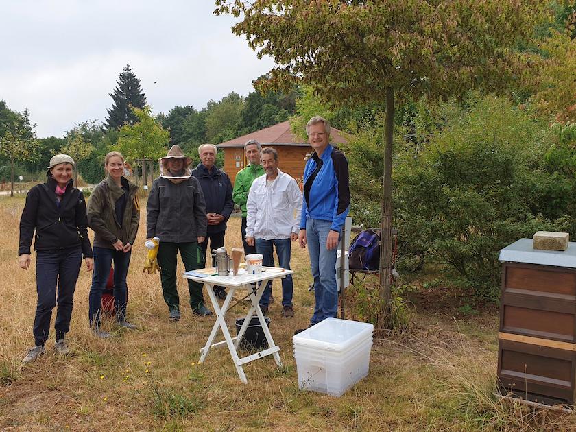 Gruppenbild Imkeranfängerkurs 2019 zur Honigernte am Bienenweg