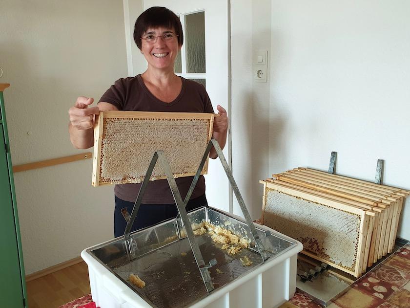 Los geht's mit dem ersten Entdeckeln des Honigjahres 2019