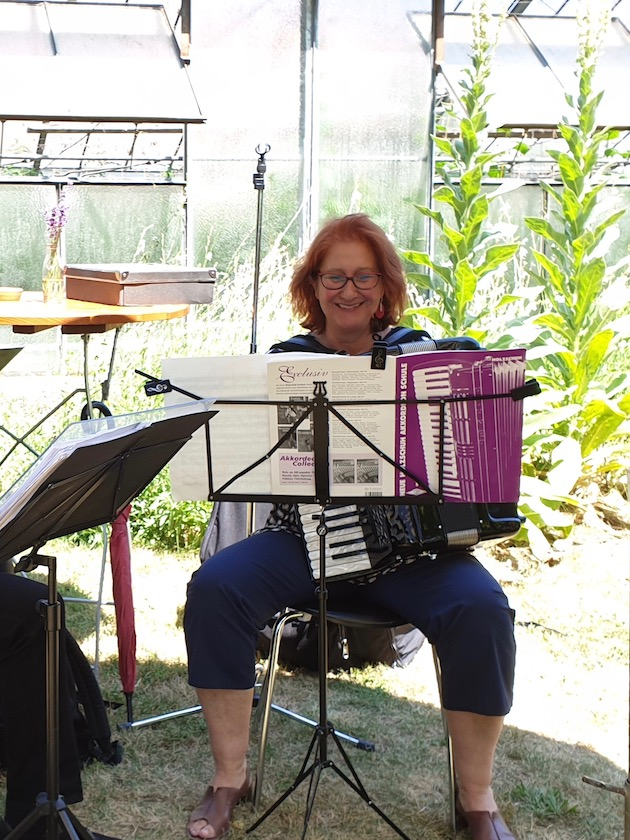 Gertrud Leumer mit Akkordeon