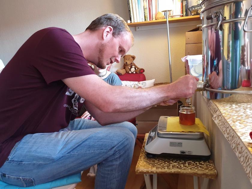 Honigglas abfüllen