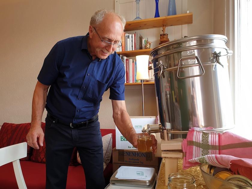 Bienenpate Rudolf Reinwald beim Honig abfüllen