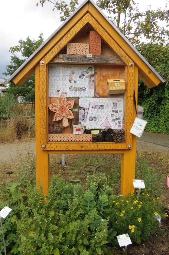 Wildbienenhotel-/Informationstafel im Bamberger Bienengarten