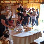 Gäste bei der Honigverkostung