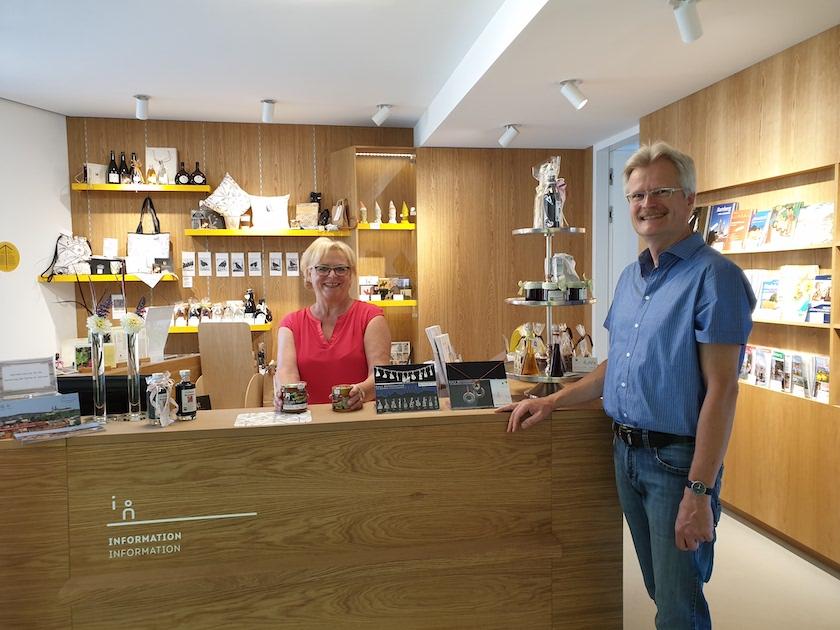 Elli Bopp, Mitarbeiterin des Zentrum Weltkulturerbe Bamberg, mit Reinhold Burger bei der Anlieferung unseres Bamberger Lagenhonigs