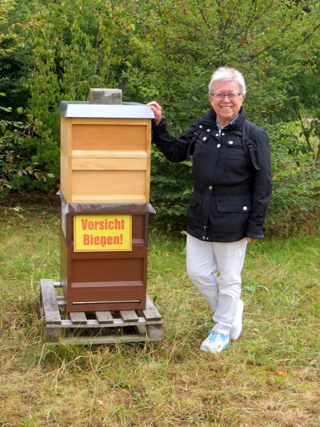 Annemarie Pleininger bei den Bienen