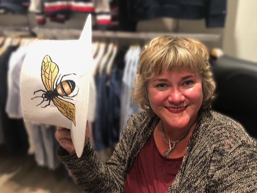 Bienenpatin Sabine Saam mit Bienenhunt