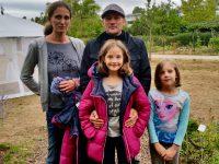 Bienenpatin Andrea Schöb mit Familie zu Besuch an der Bienen-InfoWabe