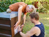 Bienenpate Marco Rust mit Reinholdbeim Anbringen des Patenschildes