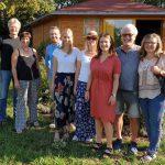Bienenpatin Marlene Holzner mit Familie zu Gast im Bienengarten