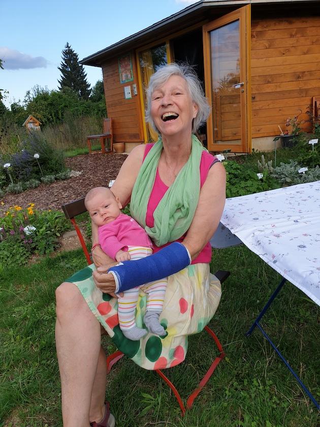 Bienenpatin Gabi Loskarn mit Enkelin Luna zu Gast im Bienengarten