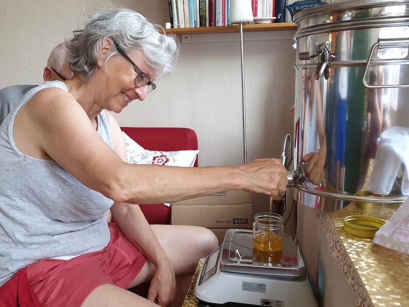 Honigglas abfüllen.