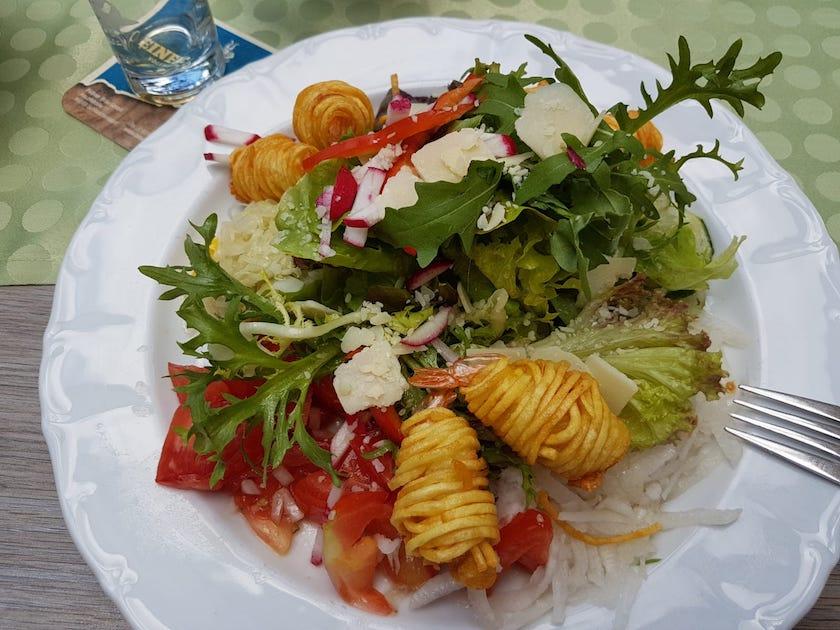 Salat mit Shrimps im Kartoffelnest