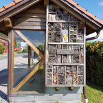 Wildbienenhotel am Buswartehäuschen in Schlammersdorf