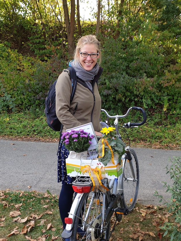 2. Preisträgerin Yelva Larsen (li.) erhält Preis nachgereicht