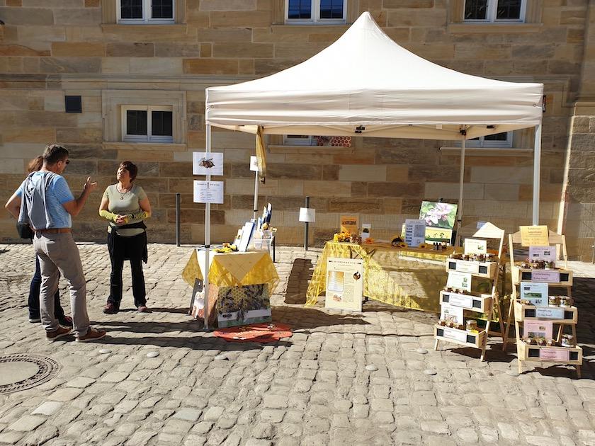 Unser Honigstand mit Rätselspaß-Abteilung