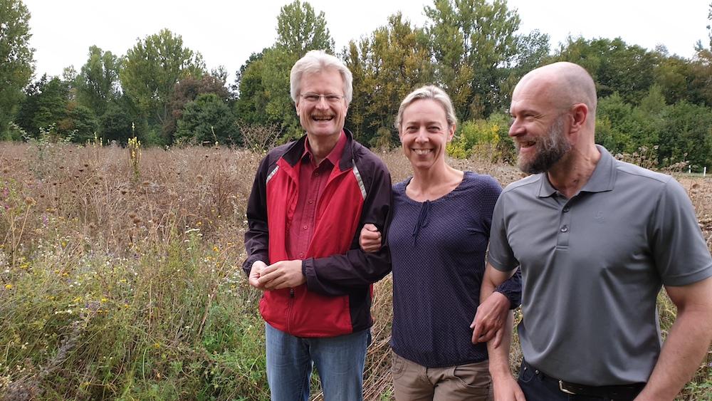 Reinhold, Tanja und Martin vor der herbstlich abgeblühten Wiese