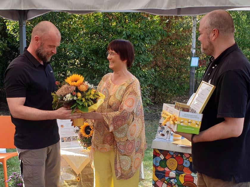 1. Preisträger Martin Bloeß erhält Blumenstrauß für Bienenstadt-Bamberg-Umweltpreis 2019