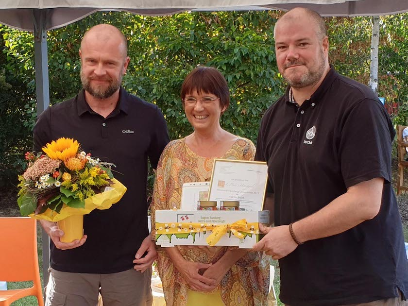 Preisträger Martin Bloeß (li.) erhält Preis durch Jurymitglied Christian Rindchen