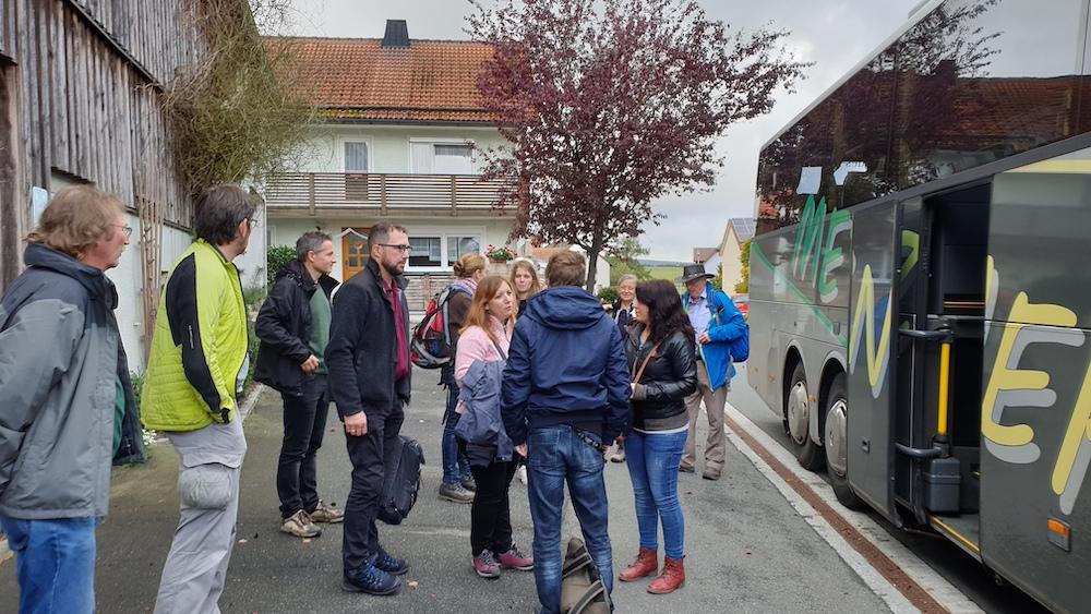 Exkursionsgruppe am Bus