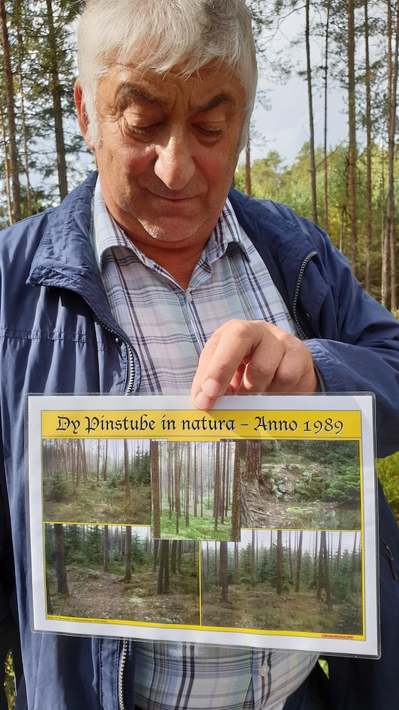 Manfred Müller zeigt Foto vom Ausgrabungsort