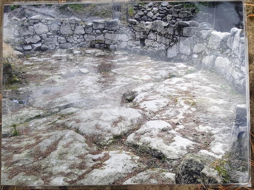 Foto vom Ausgrabungszustand des Fußbodens im Inneren des Bihäusls