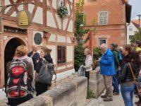Exkursionsteilnehmende vor dem Zeidelmuseum