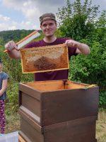 Bienenpate Stefan Schneider beim Ernten in den Buger Wiesen