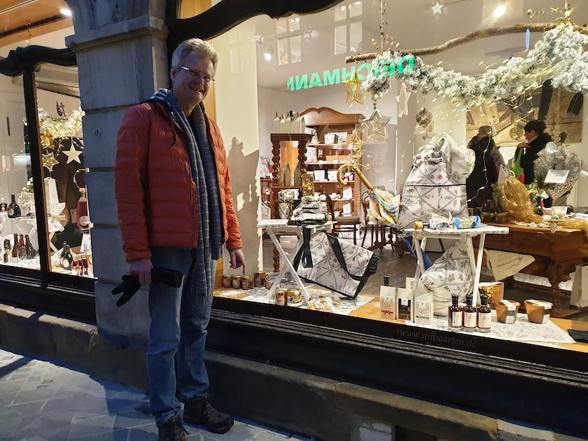 Reinhold am Schaufenster des neuen Stiftsladens am Hauptwacheck