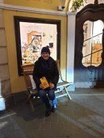 Ilona vor dem neuen Stiftsladen am Hauptwacheck