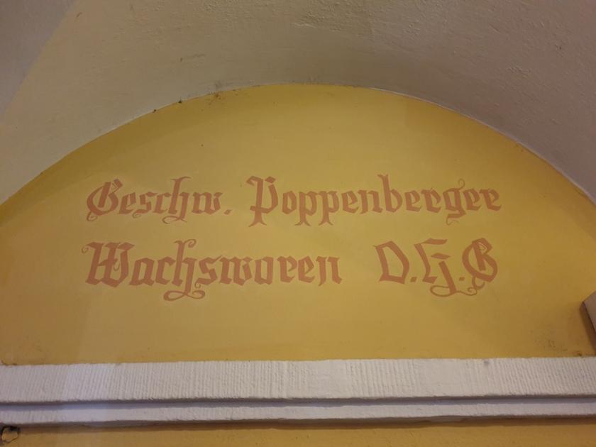 Alte Inschrift der ehemaligen Wachswaren Geschw. Poppenberger