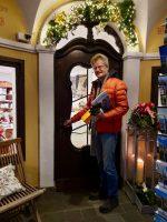 Reinhold öffnet Tür zum neuen Stiftsladen am Hauptwacheck