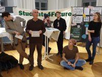 """Albert Fresz stellt seine Gruppe """"Stadtgarten"""" vor."""