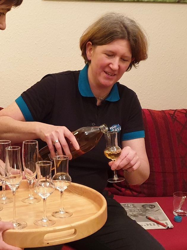 Cathrin Beyer vom VOM FASS Bamberg beim Honigweinverkosten