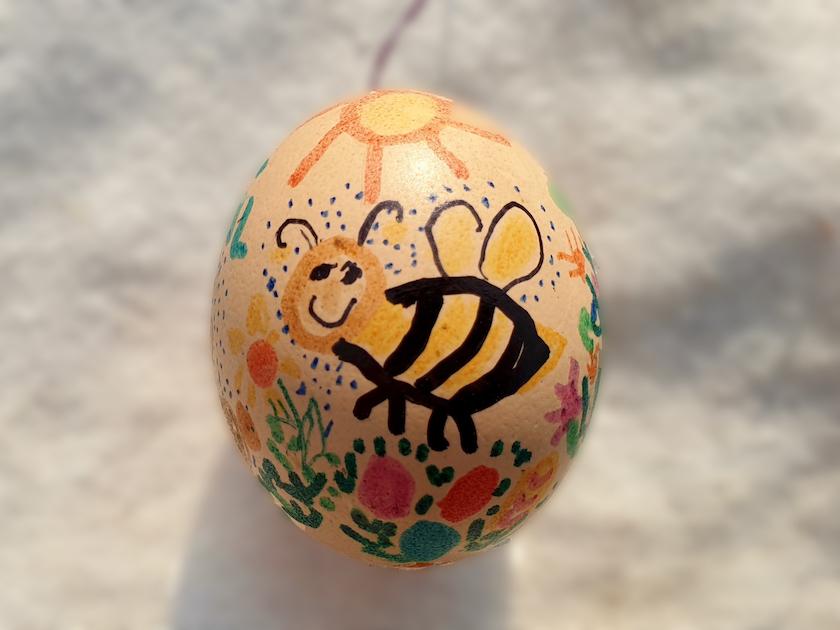 Biene an Osterei, von Emil
