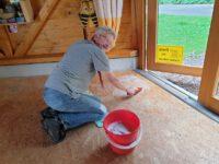 Boden der Bienen-InfoWabe reinigen