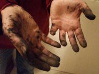 Dreckige Hände vom Fahrrad reparieren