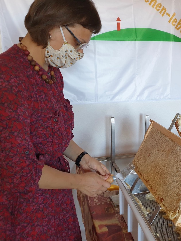 Transition-Gast beim Honigverarbeiten