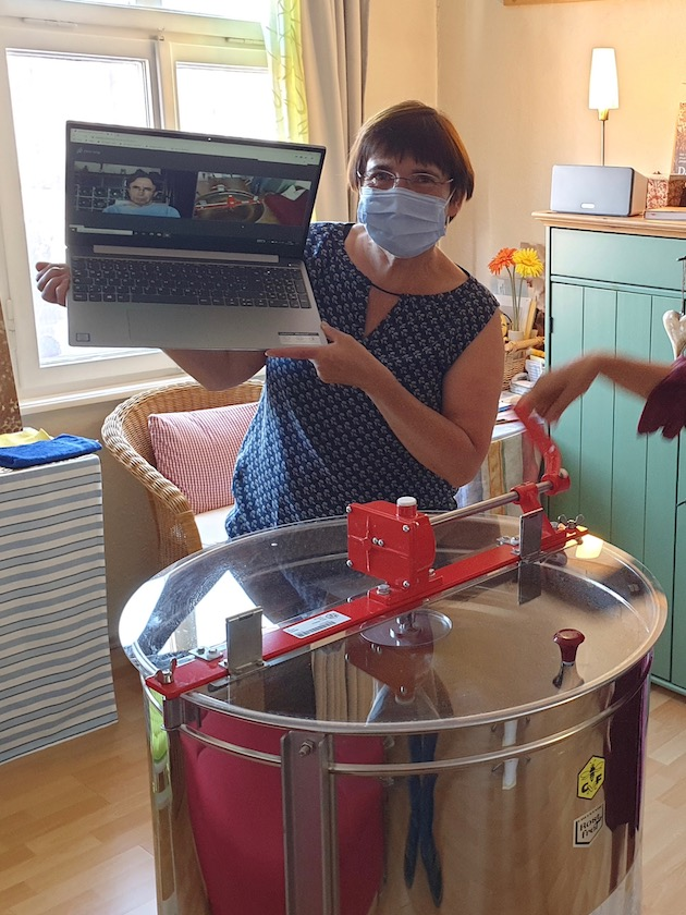 Transition-Gast online sieht zu beim Honigverarbeiten