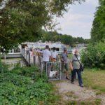 Ankunft der Reisegruppe am Schiffsanlegesteg des Erba-Parks