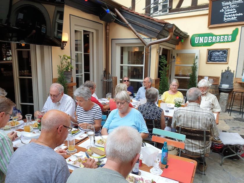 Reisegruppe in der Brasserie