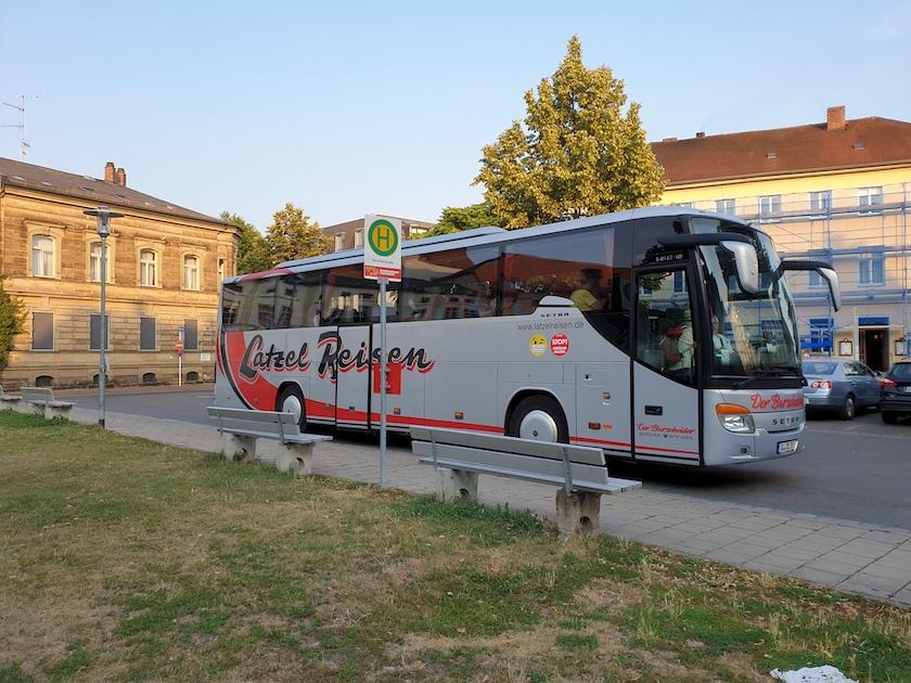 Bus der Reisegruppe am Schillerplatz