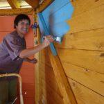 Blaue Wand für neue Innenraumgestaltung der Bienen-InfoWabe